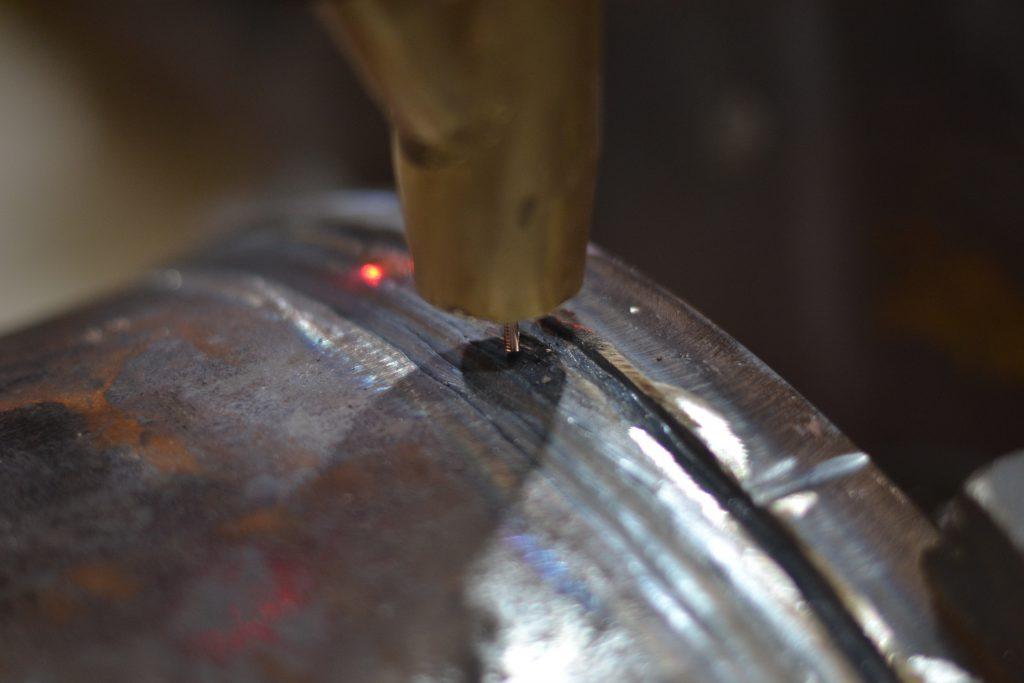 Detalle del hilo en soldadura por arco sumergido