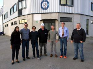 Foto de todos los integrantes de la visita delante de las instalaciones de Talleres Mecánicos Galicia